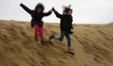 Enfants dans les dunes