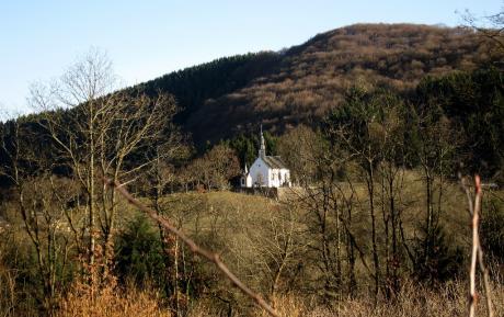 Au loin, une chapelle