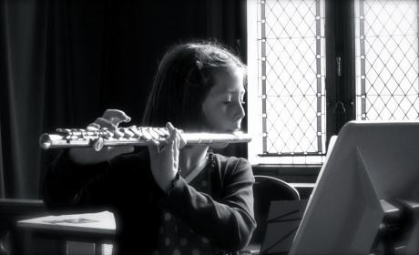 Flûtiste jouant pour sa marraine