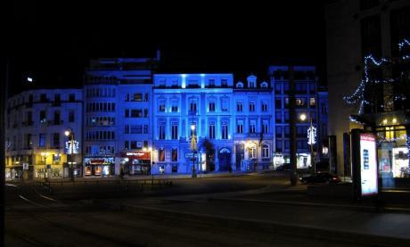 Stéphanie, drapée de bleu, la nuit